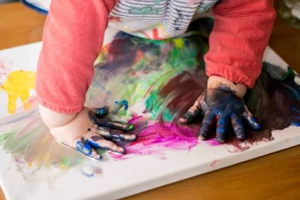 baby-hand-painting